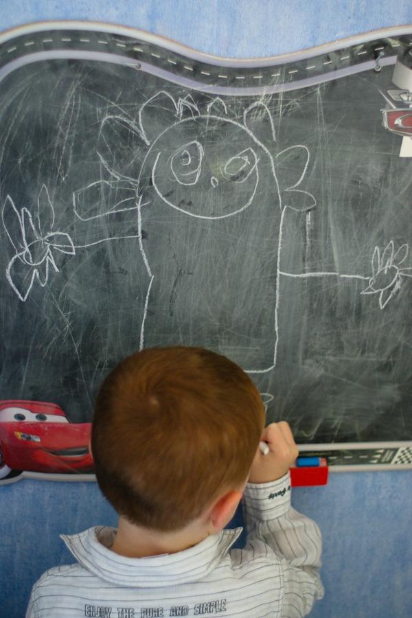 petit-garcon-dessinant-tableau-craie
