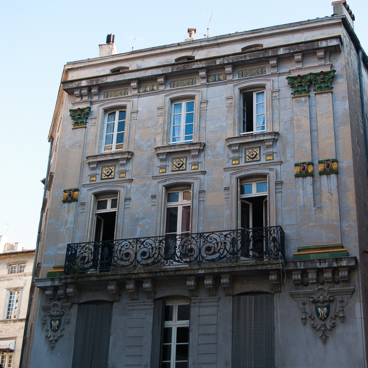 facade-avignon-ornements-email
