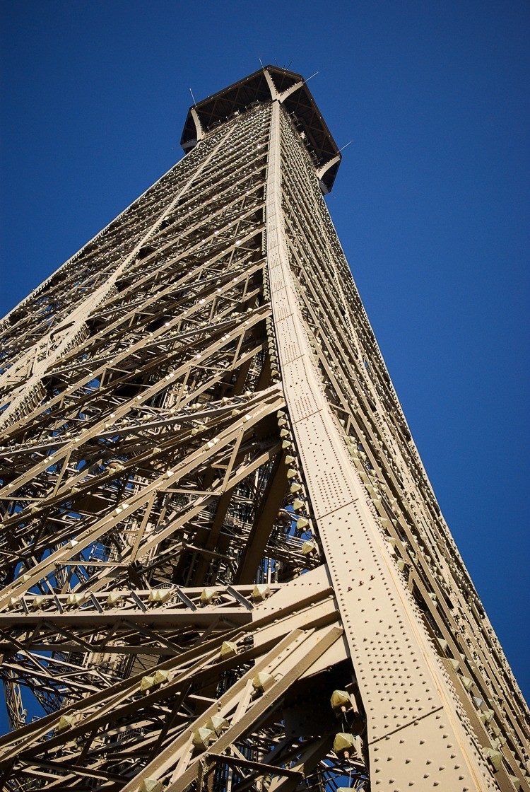 Paris-tour-eiffel-contre-plongee